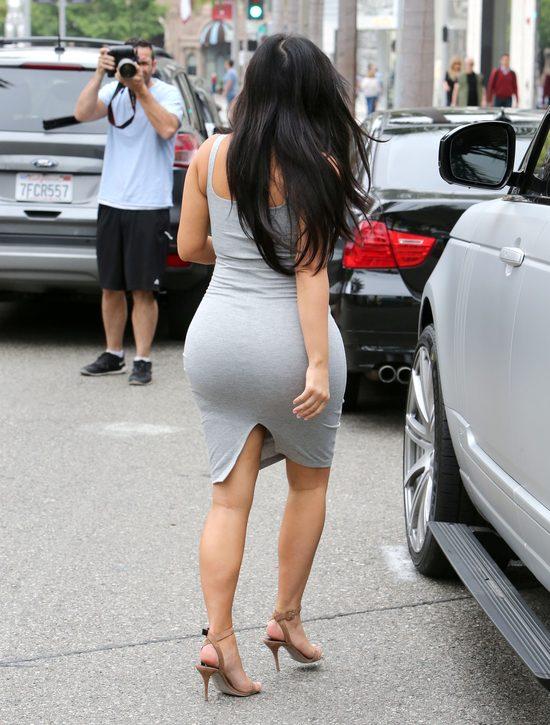 Kim Kardashian potkn�a si� id�c w butach na obcasach