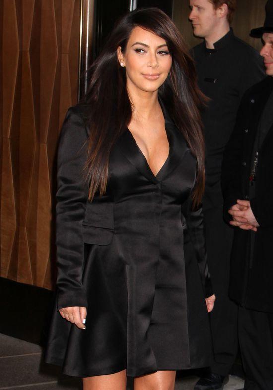 Kim Kardashian nosi dziecko na rękach i karmi je piersią