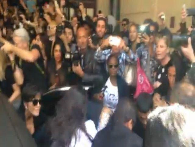 Kim Kardashian zaatakowana przez fana! (VIDEO)