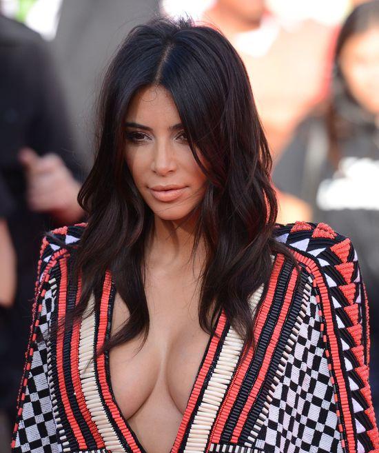 Kim Kardashian pokazuje trik z dekoltem