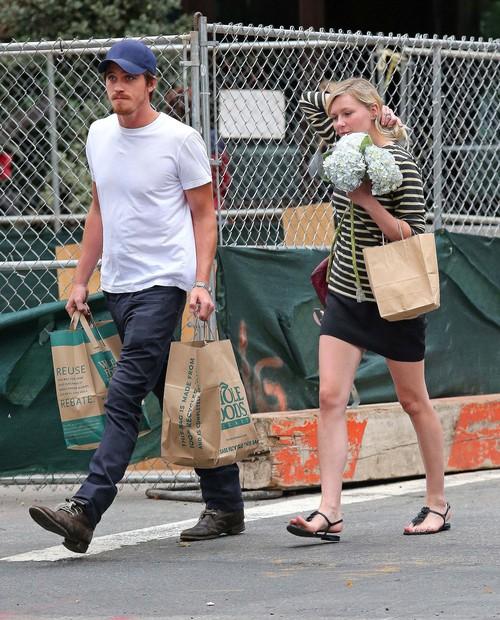 Kirsten Dunst na zakupach z ukochanym (FOTO)