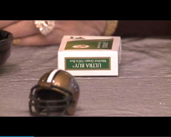 Siedzi przy stole z papierosem i NIE ŻYJE [VIDEO]