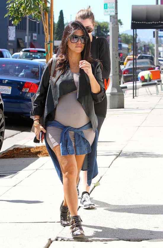 Tak krótkich sukienek nie nosiła nawet Kim będąc w ciąży