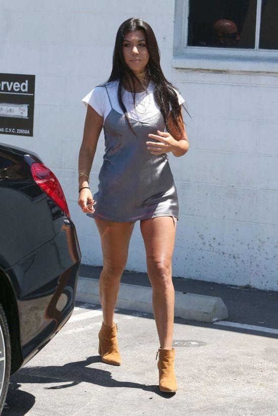 Kourtney Kardashian jeszcze nigdy nie założyła tak krótkiej MINI (FOTO)