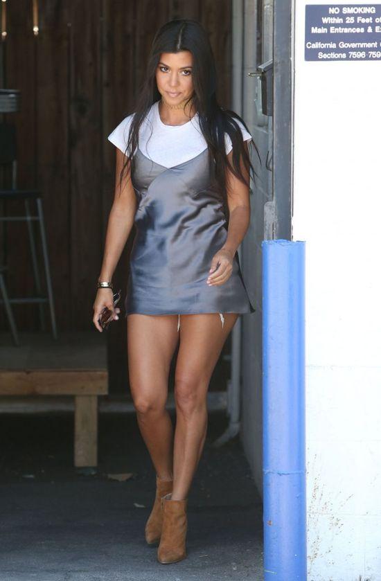 Kourtney Kardashian jeszcze nigdy nie za�o�y�a tak kr�tkiej MINI (FOTO)