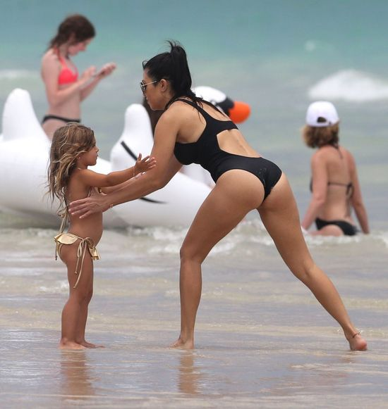 Kourtney Kardashian na plaży. Widać, że jest w ciąży? (FOTO)