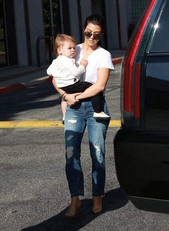 Kourtney Kardashian - sexy mama w szpilkach dźwiga bobasa (FOTO)