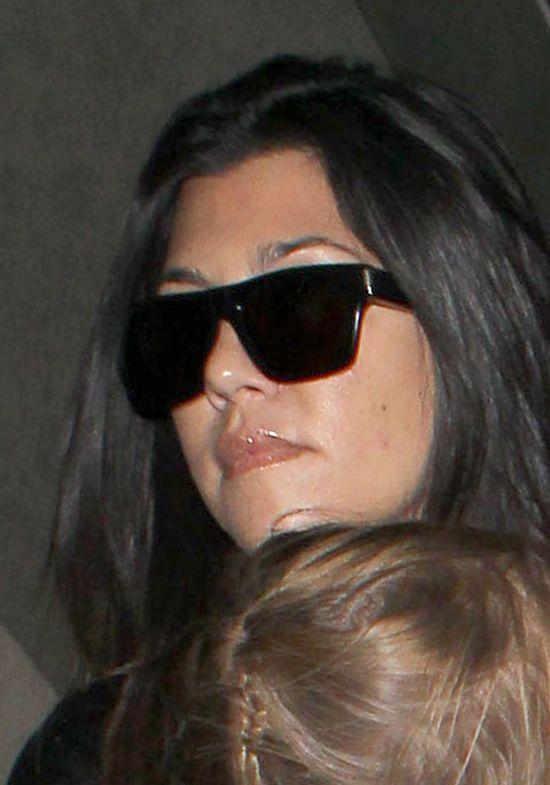 Ci�arnej Kourtney Kardashian nie jest do �miechu (FOTO)