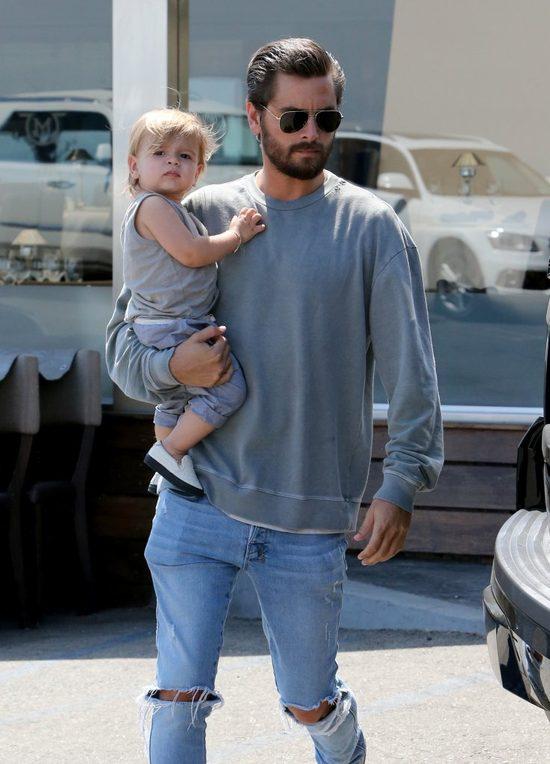 W rodzinie Kourtney Kardashian jest dużo rąk do pomocy (FOTO)