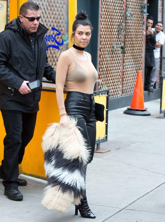 Kourtney Kardashian wygl�da niesamowicie w tym stroju