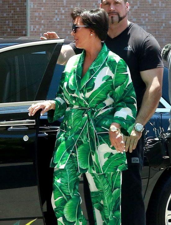 Tak okropnej stylizacji nie pamiętamy u Kris Jenner. I te buty!