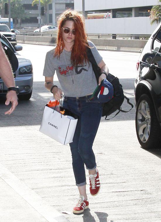 Kristen Stewart - tłuste włosy i torba Chanel