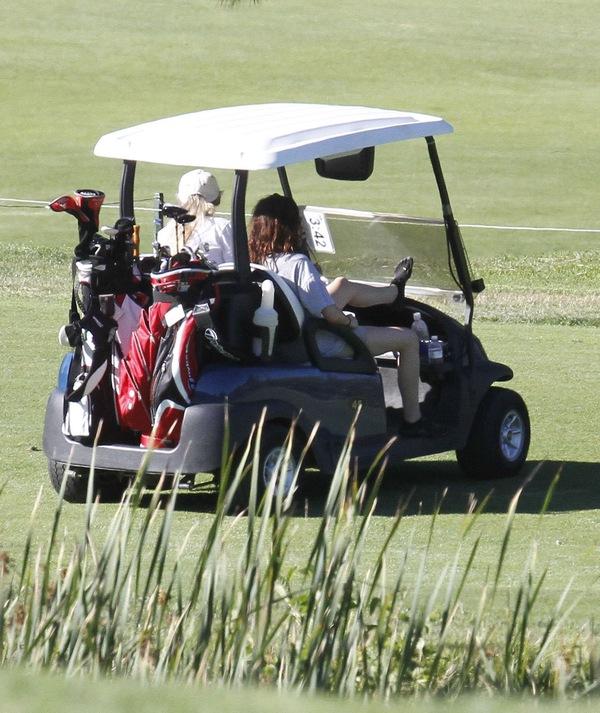Kristen Stewart gra w golfa (FOTO)