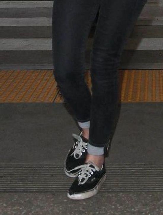 W dziurawych butach i z brzuchem na wierzchu (FOTO)
