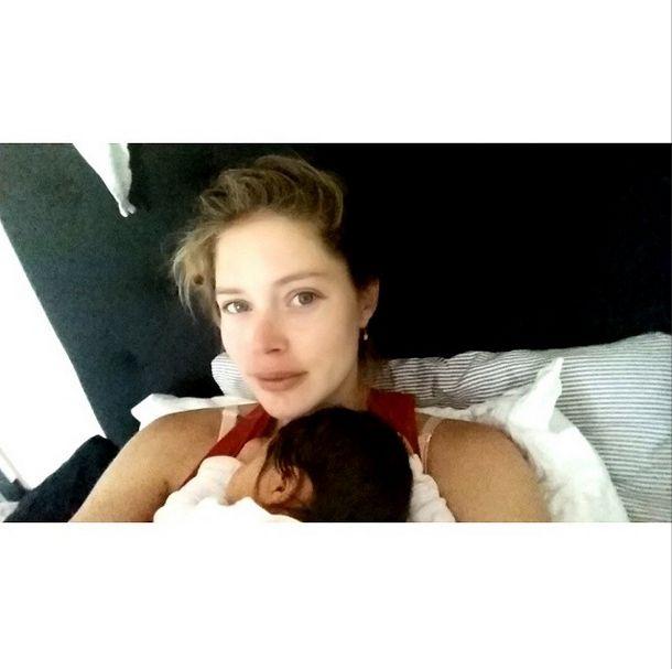 Doutzen Kroes bez makijażu i z córeczką w ramionach (FOTO)