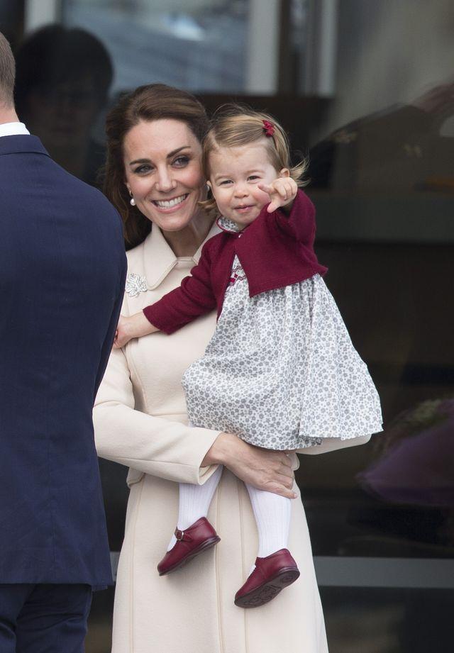Internauci dopatrzyli się na zdjęciu rodziny królewskiej tajemniczego znaku