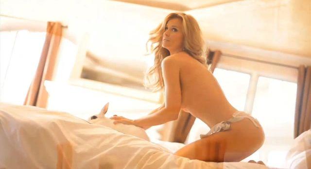 Joanna Krupa z króliczkiem i w wannie topless [VIDEO]