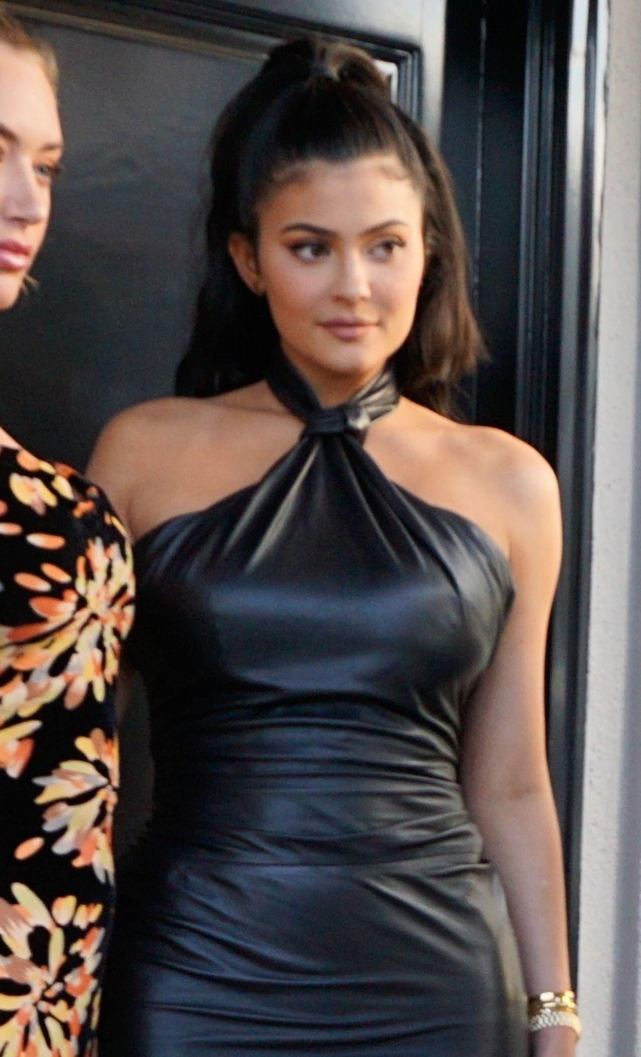 CHUDSZA niż przed ciążą? Kylie Jenner w LATEKSOWEJ sukience (ZDJĘCIA)