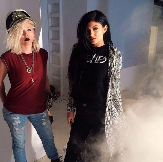 Kylie Jenner z burzą sztucznych włosów (FOTO)