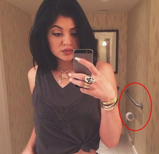 Fani �miej� si� z toaletowego selfie Kylie Jenner (FOTO)
