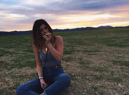 16-letnia Kylie Jenner biega po osiedlu w bikini (FOTO)