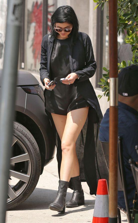 Skąd na nodze Kylie Jenner wzięła się ta blizna? (Instagram)