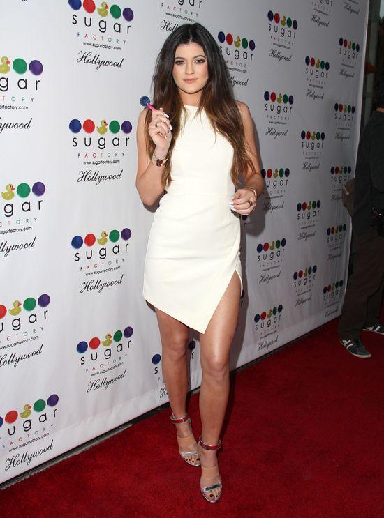 Słodka dziewczyna, Kylie Jenner na salonach (FOTO)