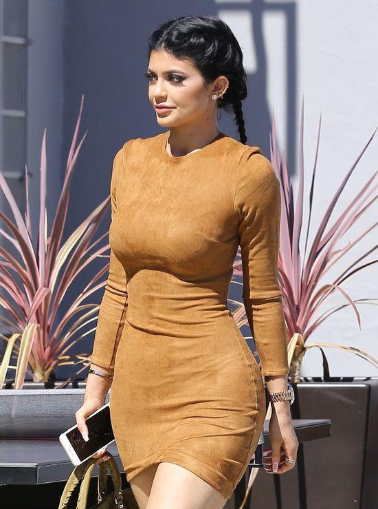 Kylie Jenner ZNISZCZYŁA swoje naturalne włosy (FOTO)