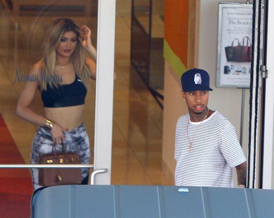 Kylie Jenner wypina śmiało pupę i wydyma wargi (FOTO)