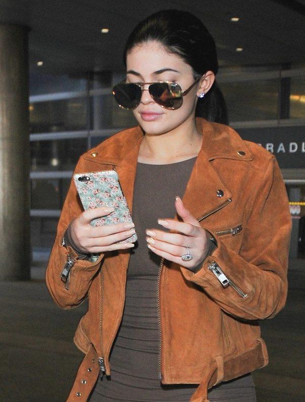 Brylant na palcu Kylie Jenner - czy to pierścionek zaręczynowy? (FOTO)