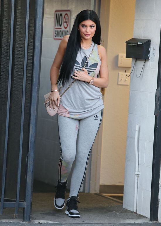 Sportowy strój nie zwalnia Kylie Jenner z makijażu (FOTO)
