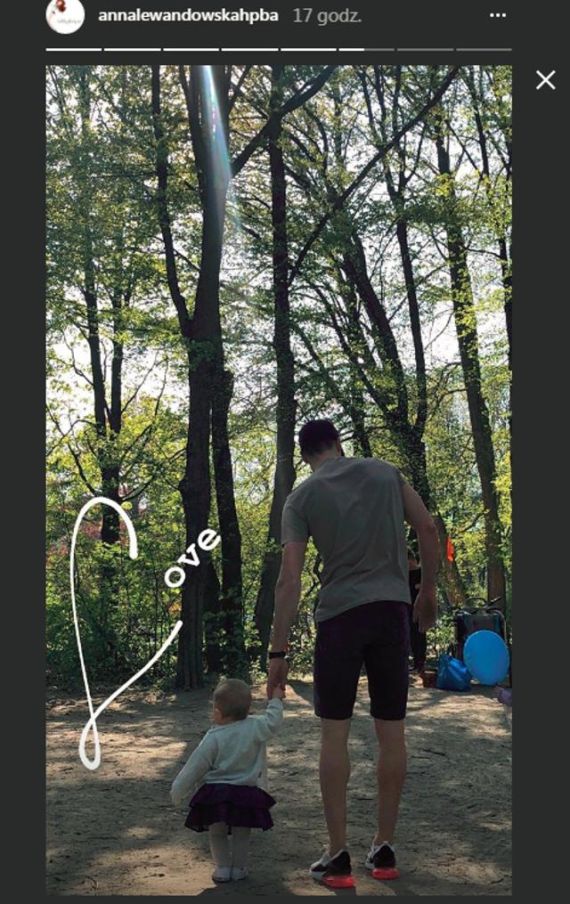 Lewandowski uczy Klarę chodzić. Co za słodycz!