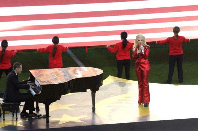 Lady Gaga zaśpiewała hymn USA. Media piszą tylko o niej