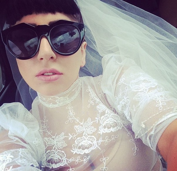 Lady Gaga w sukni �lubej! Jednak wzi�a �LUB? (FOTO)