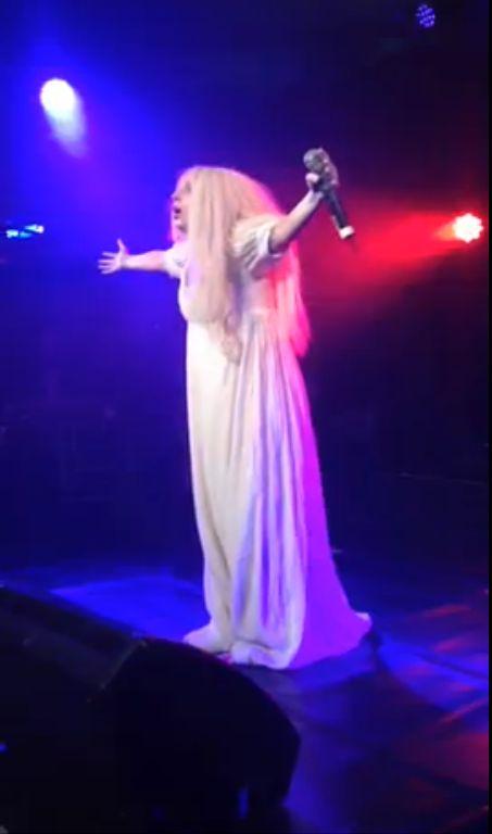 Lady Gaga rozebra�a si� na scenie (FOTO+VIDEO)