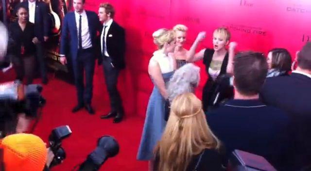 Jennifer Lawrcene wpadła w SZAŁ na ściance (VIDEO)