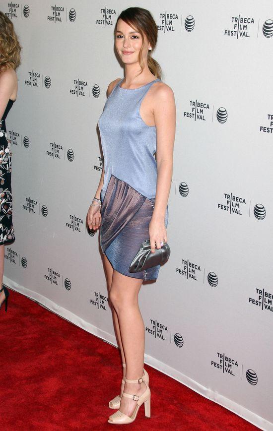 Piękna Leighton Meester krzywdzi się sukienką (FOTO)