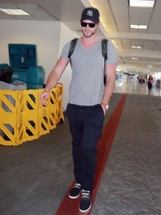 Liam Hemsworth ca�uje NOW� dziewczyn� (FOTO)