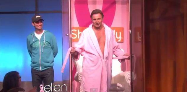 Liam Neeson rozebra� si� do majtek. R�owych! (VIDEO)