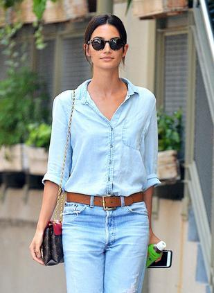 Piękna modelka w dziurawych dżinsach i w mokasynach z futerkiem (FOTO)