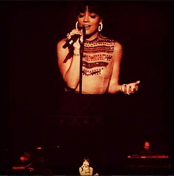 Lily Allen świeciła nagim biustem na koncercie (FOTO)