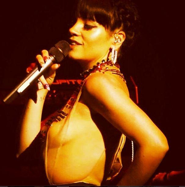 Lily Allen �wieci�a nagim biustem na koncercie (FOTO)
