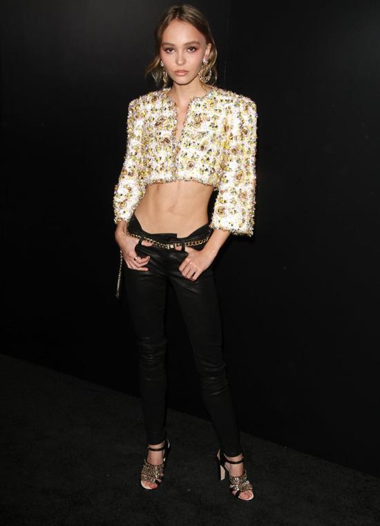 Internauci krytykują tę stylizację Lily Rose Depp (FOTO)