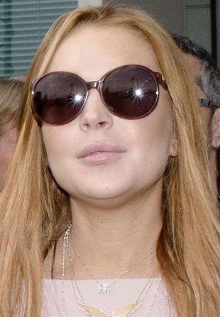 Kontrowersyjny sądowy look Lindsay Lohan (FOTO)