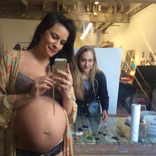 Liv Tyler w zaawansowanej ciąży w samej bieliźnie (FOTO)