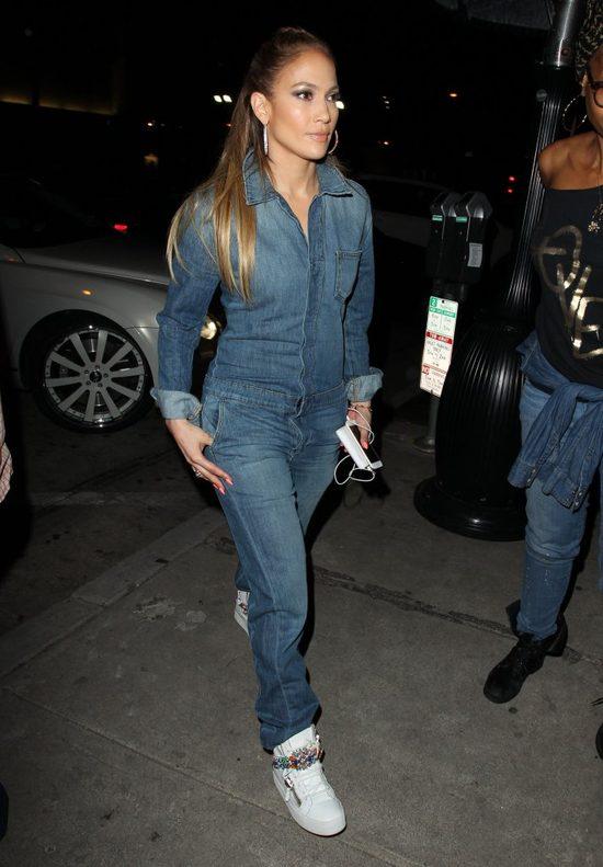Uwaga, modna Jennifer Lopez. Dżins znów na topie (FOTO)