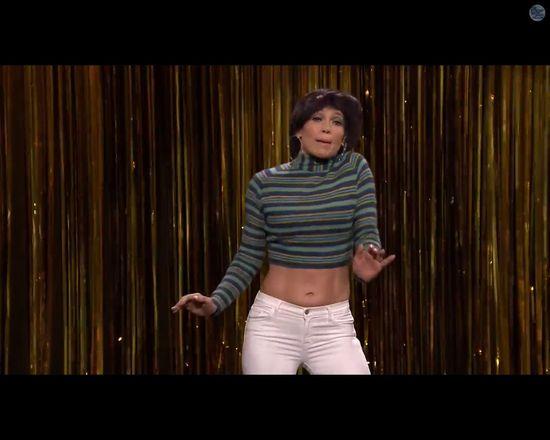 Jennifer Lopez w peruce od garnka śpiewa Tight Pants [VIDEO]