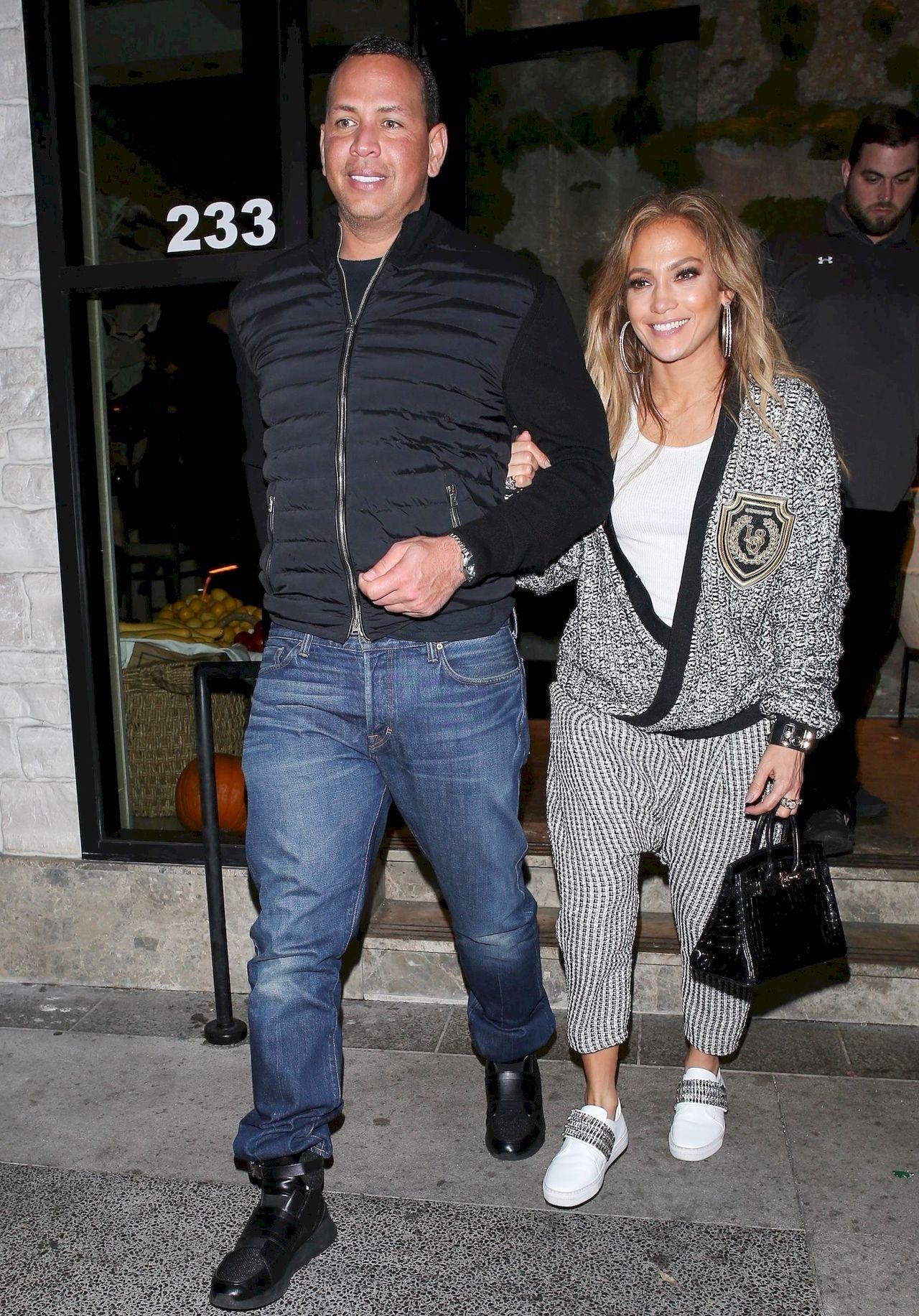 Jennifer Lopez w stylizacji, która dodała jej kilka KILOGRAMÓW (ZDJĘCIA)