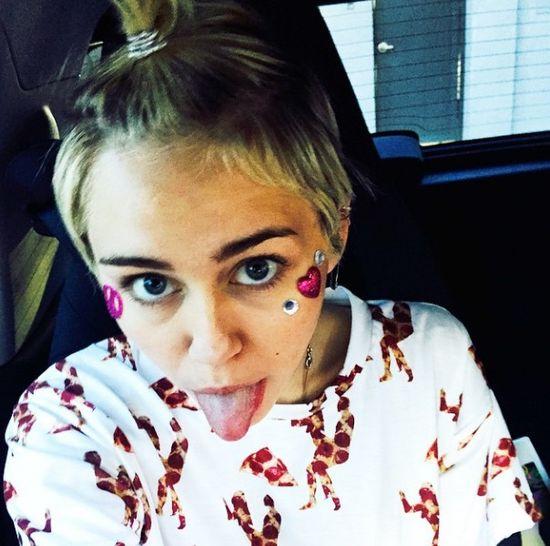 Dużo krwi na instagramie Miley Cyrus (FOTO)