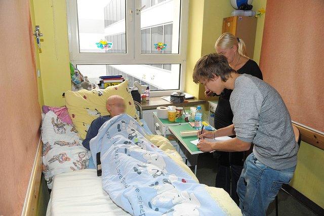 Maciej Musiał odwiedził chore dzieci w olsztyńskim szpitalu